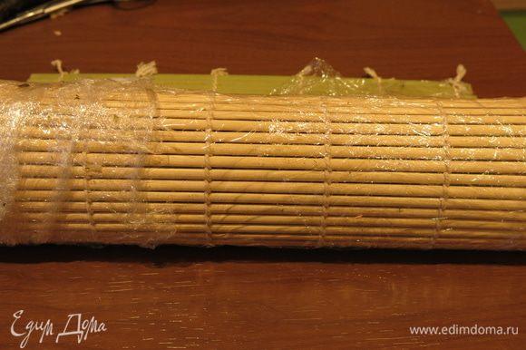 Скатываем ролл с помощью коврика в пленке.