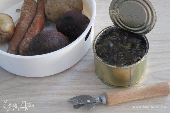 Из банки с консервированной морской капусты слейте жидкость. Картофель, морковь и свеклу нужно предварительно сварить в кожуре и охладить. Рекомендую варку на пару, например, в мультиварке. Для небольших по размеру овощей достаточно 25 минут. В ингредиентах указано количество овощей в граммах, а по факту были подготовлены 3 небольшие картофелины, 2 тонкие морковки и 2 маленькие свеклы.