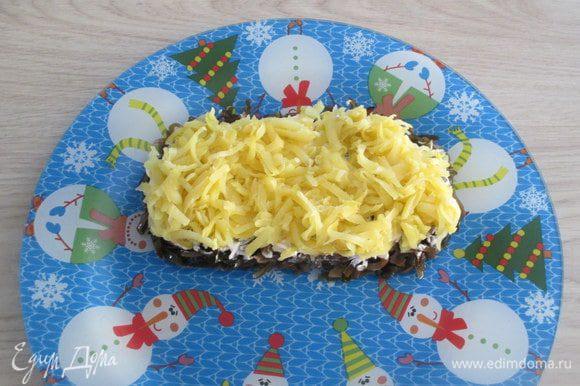Картофель очистите от кожуры и натрите. Это следующий слой салата.