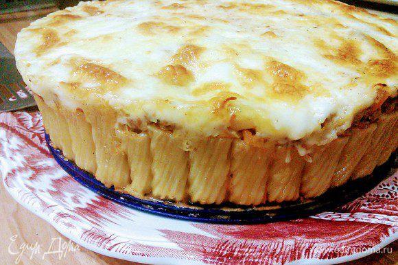 Готовому пирогу дать отдохнуть в форме минут 10, затем вынуть из формы и подавать.