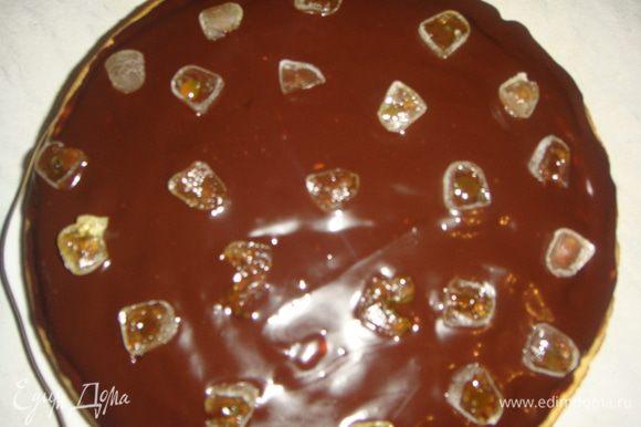 Сверху положить маковый корж. Шоколад растопить в сливках, остудить и смазать маковый корж. Мармелад нарезать и уложить сверху.