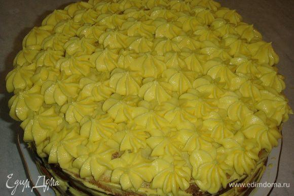 Бока и верх торта смазать кремом. Остальной крем переложить в кондитерский мешок, насадка звезда, и отсадить на торт цветочками.