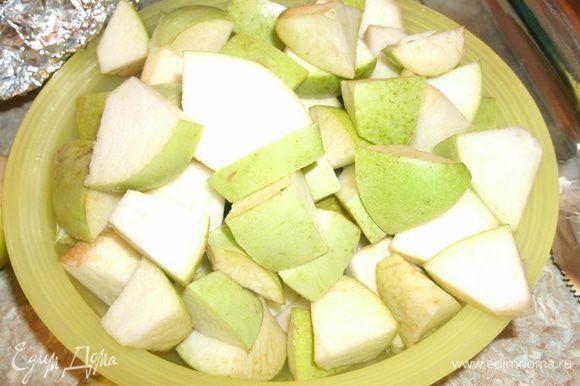 Яблоки очистить от сердцевины и нарезать крупными кусочками.