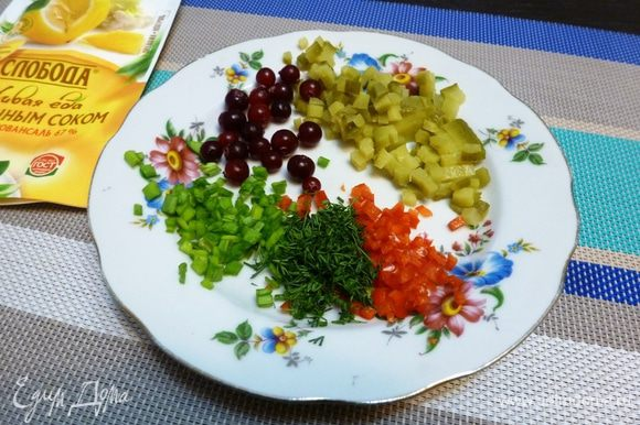 Пока подготовим составляющие для тартара. Мелко порубим корнишон, перец чили (семена убрать), укроп, зеленый лук. Свежую бруснику помоем.