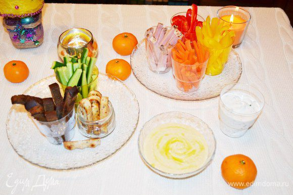 Овощи, мясо, сыр расставляем по стаканчикам, добавляем намазки и с хорошим настроением подаем гостям.