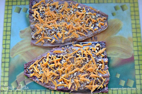 Затем натрите на крупной терке сыр и равномерно распределите сверху.