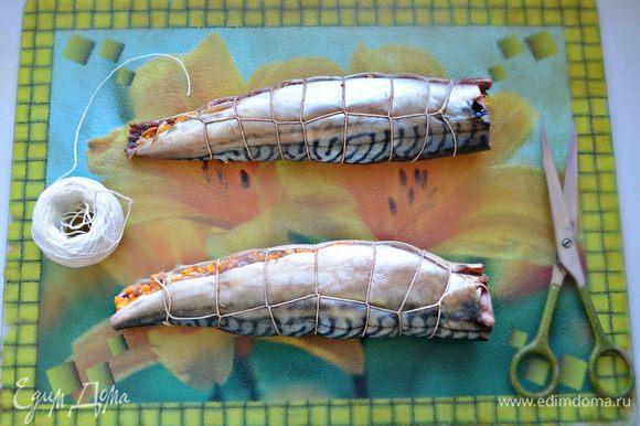 Аккуратно сверните филе рыб рулетом и перевяжите с помощью кулинарной нити. Выложите рыбные рулеты в смазанную растительным маслом форму. Прикройте фольгой и выпекайте при 200°С в течение 20 мин.