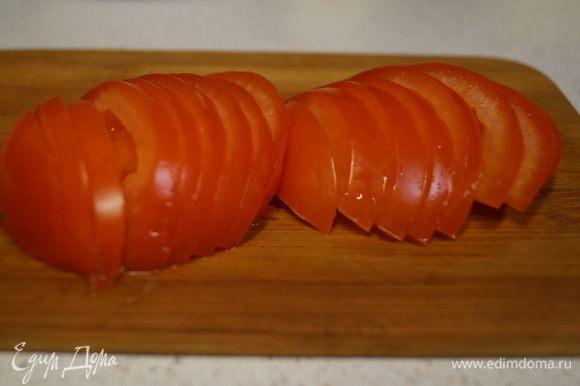 Полудольками режем помидоры.