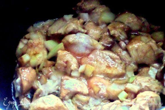 В мультиварку налить оливковое масло, выложить замаринованную курицу и включить режим «жарка» на 5 минут с закрытой крышкой, потом 5 минут с открытой.