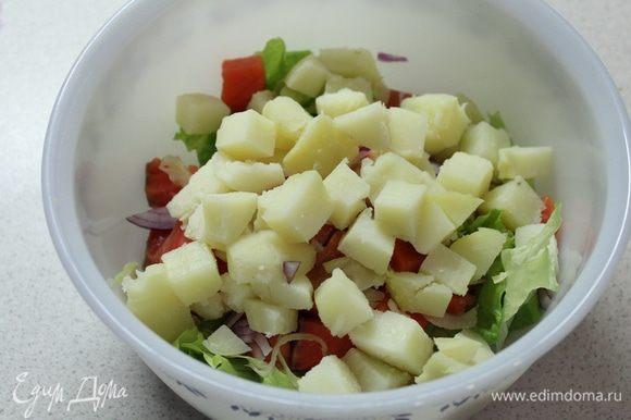 Картофель, нарезанный на кусочки.