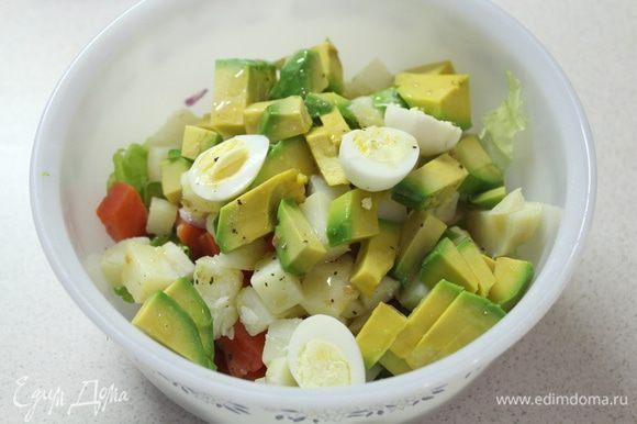 Затем яйца, кусочки авокадо.