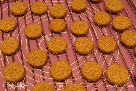 Даем остыть печенью на решетке.