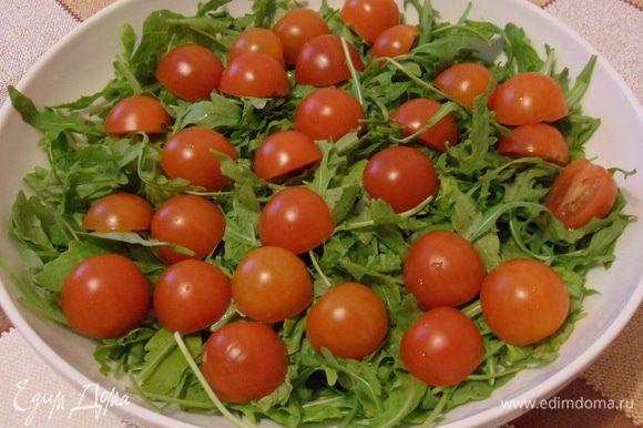Смешиваем салатные листья с помидорками.