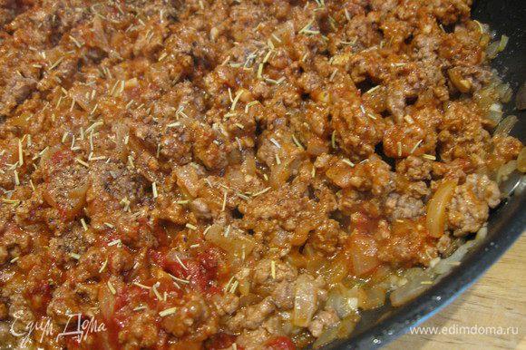 Снять сковороду с огня и приправить мясо сушеным розмарином, солью и перцем. Перемешать.