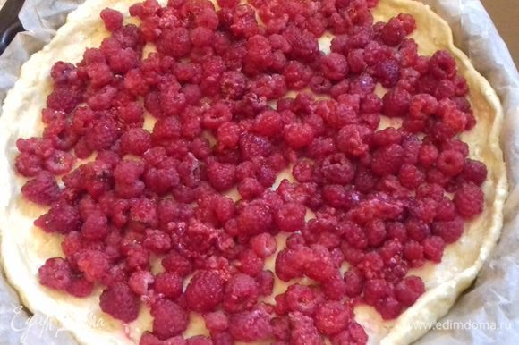 Выложить поверх теста ягоды малины.