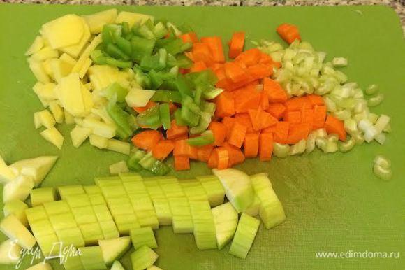 Овощи мелко нарезать.