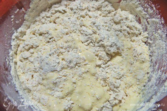Перемешать ложкой или снова взбить текучее тесто.