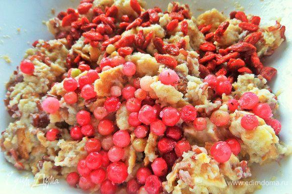Всыпать любые ягоды, можно замороженные. Вместо годжи — изюм.