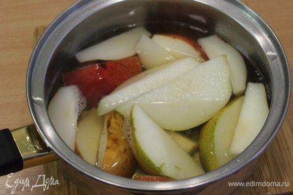 В кастрюльку налить сок, вино, добавить сахар, добавить нарезанные груши, припустить их в сиропе.