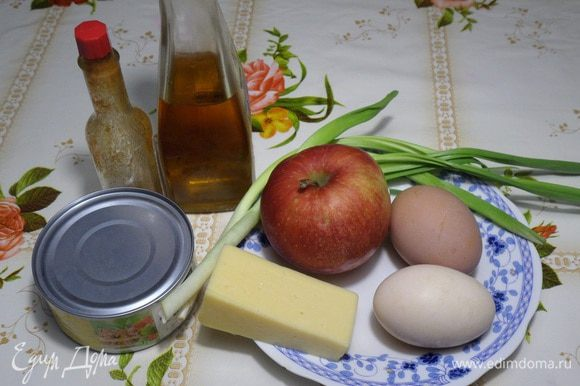 Подготавливаем продукты. Отвариваем яйцо. Остужаем и очищаем.