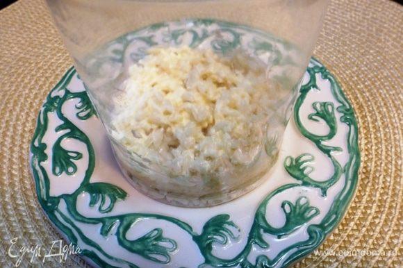 Собираем салат слоями. Первый слой вареный рис и немного майонеза.