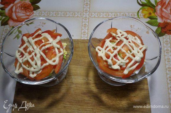 Выкладываем нарезанный болгарский перец. Добавляем соус-заправку.