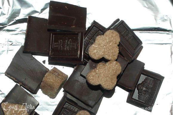 Шоколад ломаем на кусочки.