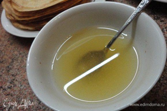 Блинчики испечь по вашему любимому рецепту. Я пекла их диаметром 21 — 22 см. Желатин залить холодной кипяченой водой и оставить набухать.