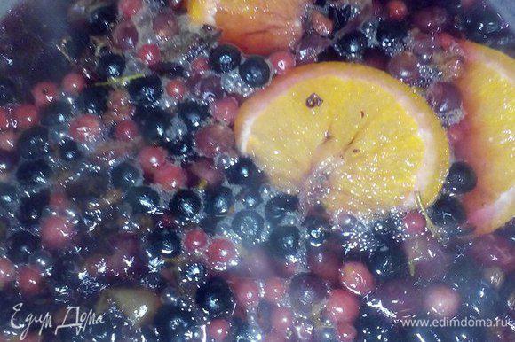 В небольшой кастрюле кипятим воду (2 л) и добавляем туда ягоды. Ягоды для приготовления напитка размораживать не нужно, так как выделится много сока и, соответственно, уйдут витамины. Доводим до кипения и оставляем смесь настояться (минут 20).