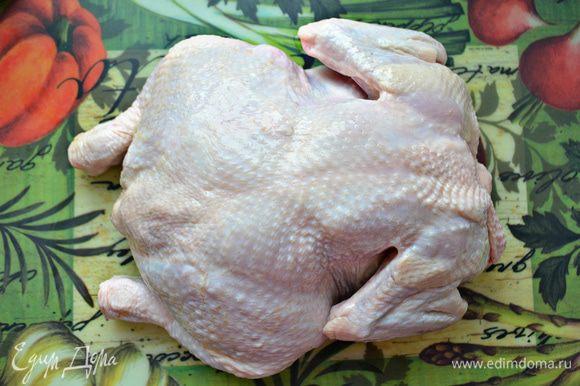 Помыть тушку курицы, обсушить бумажными полотенцами.