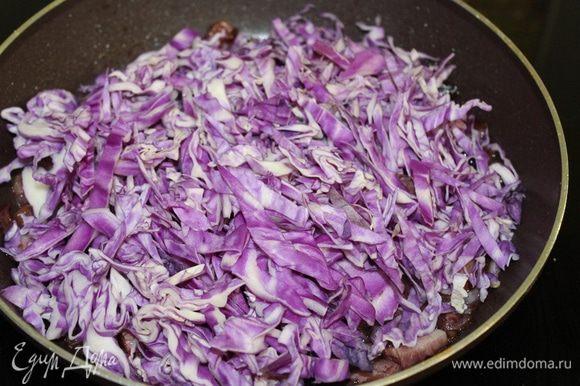 Капусту нарезать соломкой, добавить в сковороду, посолить, поперчить, тушить 15 минут. Посыпать сахаром, влить лимонный сок и держать на огне еще 5 минут.