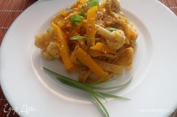 Подаем салат, посыпав кунжутом и зеленью. Приятного аппетита!