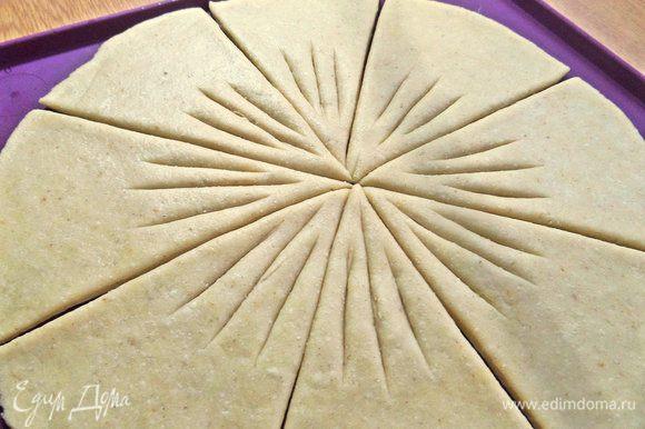 Сделать надрезы ножом для пиццы.