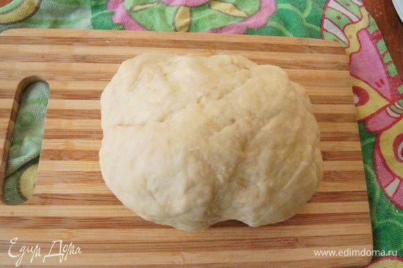 Вымесить до гладкого состояния, при необходимости добавить воду или муку. Оставить тесто на столе под пищевой пленкой на 20 минут.