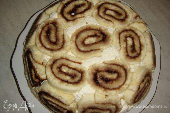 Утром торт перевернуть на блюдо и снять пищевую пленку.