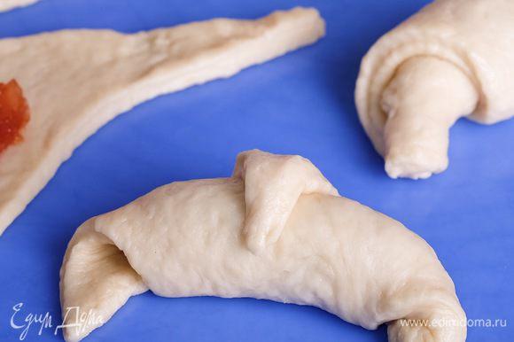 Смазываем рогалики взбитым желтком и ставим выпекаться при 200°С около 15 — 20 мин.