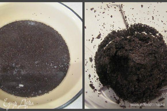 Для макового слоя мак замачиваем в кипятке на 20 минут. Затем воду сливаем, пробиваем мак в блендере, добавляем сахар и еще раз хорошо пробиваем всю смесь.