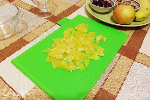 Апельсин почистить от кожуры, порезать кубиками.