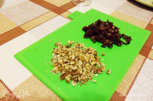 Финики порезать кусочками. Грецкие орехи мелко порезать.