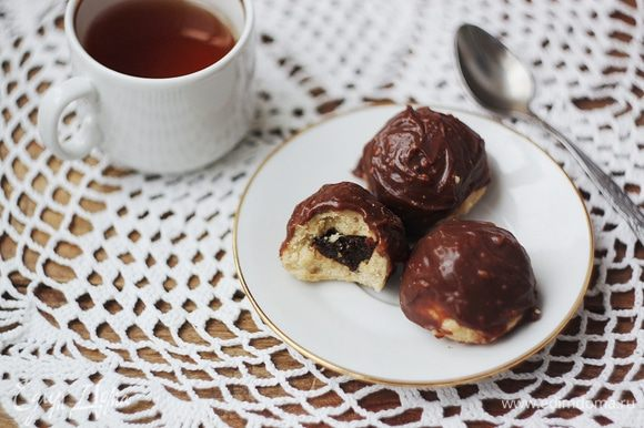 Сверху смазываем растопленным шоколадом и ставим застывать в холодильник примерно на 30 минут. При желании можно шоколад смешать с небольшим количеством печеньковой массы, тогда верх конфет будет более рельефный.