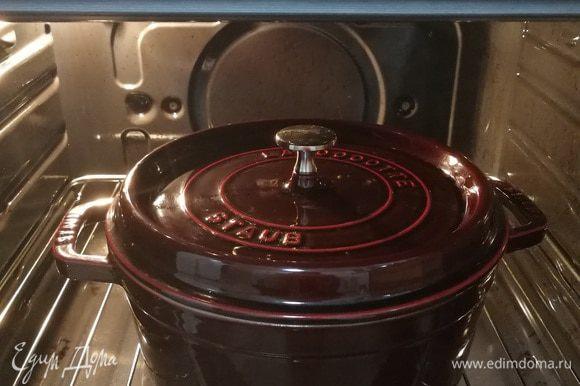 Накрываем крышкой и отправляем в духовку, разогретую до 180°С. Через 10 — 15 минут необходимо помешать рис с капустой, но не до дна (если рис попадет на дно, пригорит). Вообще так помешивать желательно каждые 10 — 15 минут, контролируя количество воды, которое остается. За минут 5 до окончания приготовления необходимо мясо добавить к рису и перемешать. Когда вода испарится, блюдо готово (не забудьте проверить готовность риса). У меня на приготовление ушло около 45 — 50 минут.
