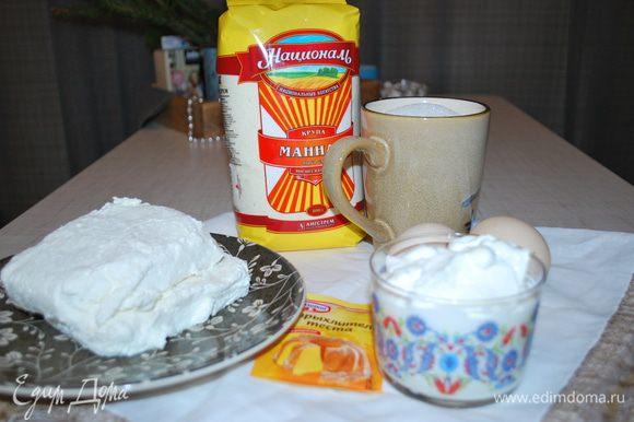 Смешиваем творог, сахар, желтки, сметану и ванильный сахар. Продуктов много, манник получается большой. Важно, чтобы тесто было не густое, тогда манник будет нежный.