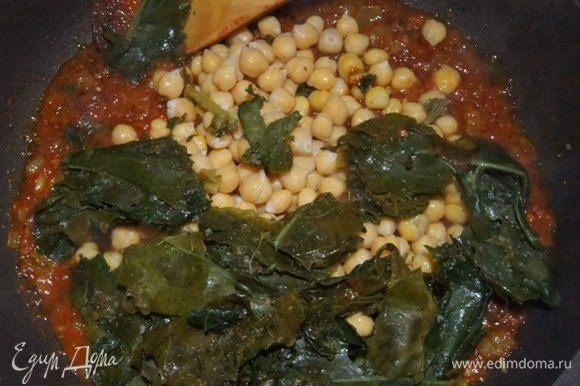 Всыпать готовый нут и шпинат (использовать можно замороженный, как у меня ). Посолить по вкусу, дать шпинату приготовиться около минуты и выключить огонь.