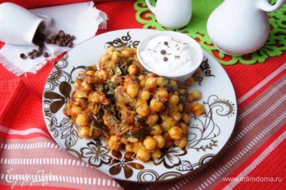 Подавать как гарнир или как теплый салат. Мне понравилось со сметаной, она немного гасит остроту этого блюда. Приятного аппетита!
