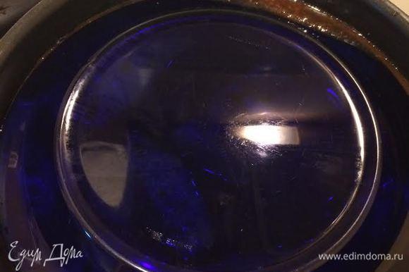 Сверху накрыть тарелкой (это не даст голубцам всплыть наверх).
