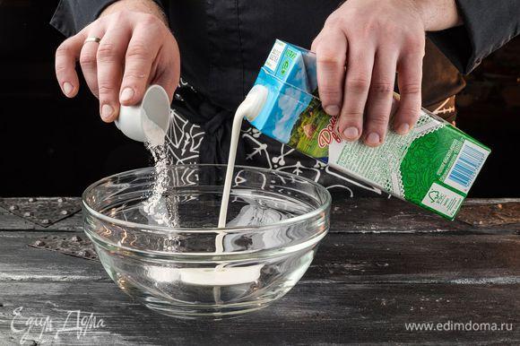 Кефир «Домик в деревне» перемешать с содой.