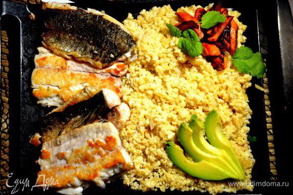 Украсить авокадо и кинзой. Можно блюдо отправить в духовку на 10 минут при 160°С, если гости или домочадцы задерживаются к ужину. Приятного аппетита! :)