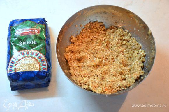 Растопить масло с медом, добавить к сухой смеси. Затем арахисовую пасту, пюрированный банан. Все смешать до однородной массы. На этом этапе можно добавить жаренные орехи, сухофрукты или другие любимые вами добавки.
