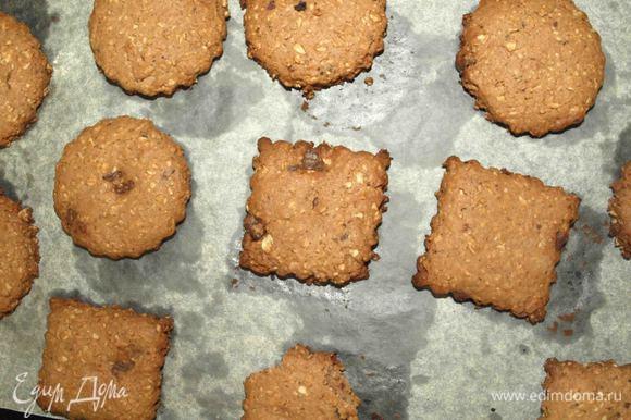 Печенье аккуратно выкладываем на застеленный пекарской бумагой противень. Отправляем в заранее разогретую до 180°С духовку. Выпекаем 15 минут или пока края печенья не зарумянятся.