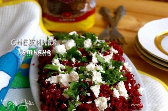 На блюдо выкладываем приготовленную гречу. Сверху раскладываем сыр и присыпаем зеленью.